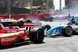 Start: Oriol Servia and Cristiano da Matta crash