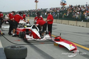 Oriol Servia's crew prepare for qualifying
