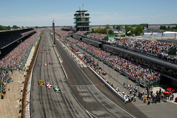 Start: Tony Kanaan, Sam Hornish Jr. and Scott Sharp lead the field into turn 1