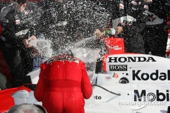 Podium: champagne for Helio Castroneves