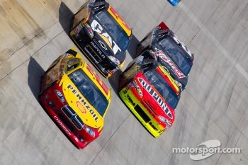 Kurt Busch, Penske Racing Dodge, Jeff Gordon, Hendrick Motorsports Chevrolet and Jeff Burton, Richard Childress Racing Chevrolet
