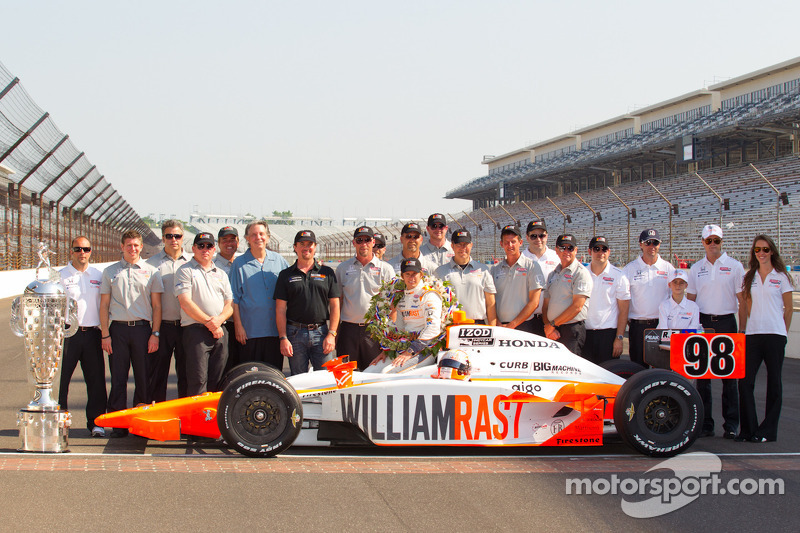 Winners photoshoot: Dan Wheldon, Bryan Herta Autosport with Curb / Agajanian poses with his team