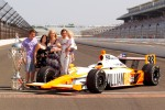 Winners photoshoot: Dan Wheldon, Bryan Herta Autosport with Curb / Agajanian and his family pose with the Borg-Warner Trophy pose with the Borg-Warner Trophy