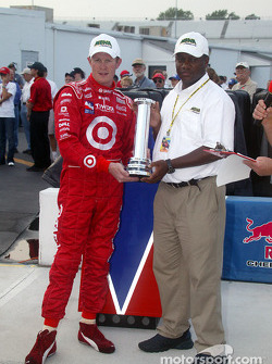 Pole winner Scott Dixon with Parish Henry from MBNA