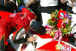 Dan Wheldon kisses the winning car