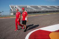 Formule 1 Photos - Sebastian Vettel, Ferrari avec Jock Clear, responsable de l'ingénierie Ferrari lors de la reconnaissance du circuit