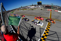 NASCAR Sprint Cup Photos - Départ : Martin Truex Jr., Furniture Row Racing Toyota leads