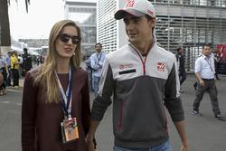 Esteban Gutiérrez, Haas F1 Team con su novia Monica Casan