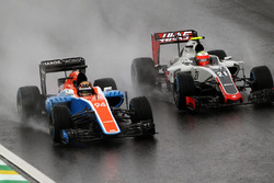 (L to R): Pascal Wehrlein, Manor Racing MRT05 and Esteban Gutierrez, Haas F1 Team VF-16 battle for position