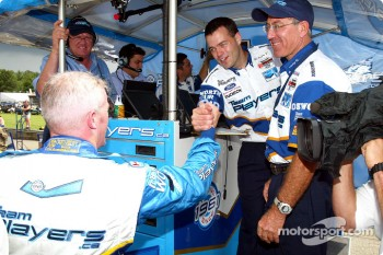 Paul Tracy celebrates pole with Player's team members