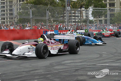 Start: Bruno Junqueira leads the field while Sébastien Bourdais pushes Paul Tracy