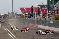 Start: Esteban Guerrieri, Sam Schmidt Motorsports and Stefan Wilson, Andretti Autosport battle for the lead