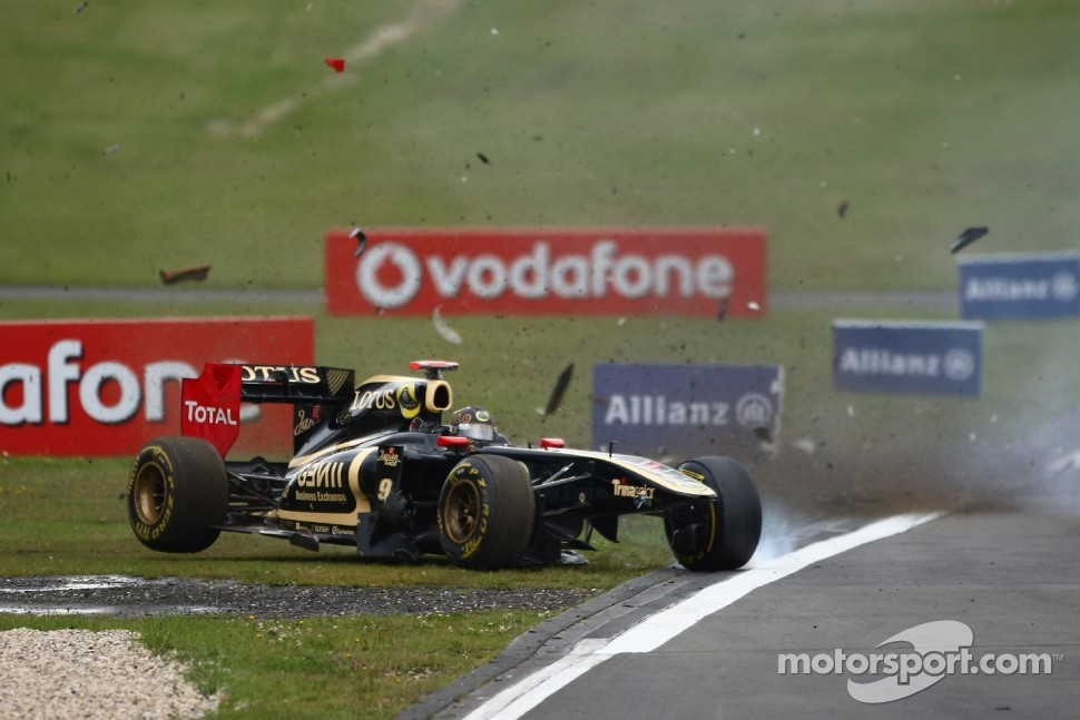 Nick Heidfeld, Lotus Renault GP and Sebastien Buemi, Scuderia Toro Rosso crash