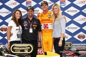 Podium: race winner Ryan Hunter-Reay, Andretti Autosport with team owner Michael Andretti and wife Beccy
