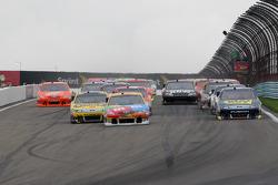 Start: Kyle Busch, Joe Gibbs Racing Toyota leads the field
