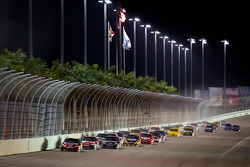 Jeff Gordon, Hendrick Motorsports Chevrolet leads the field after a restart