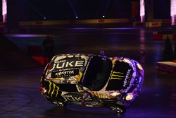 Terry Grant drives a Nissan Juke on 2 wheels - with 6 people in the car...