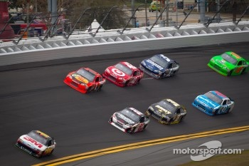 Greg Biffle, Roush Fenway Racing Ford leads a group of cars