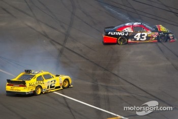 Sam Hornish Jr., Penske Racing Dodge and Michael Annett, Richard Petty Motorsports Ford crash