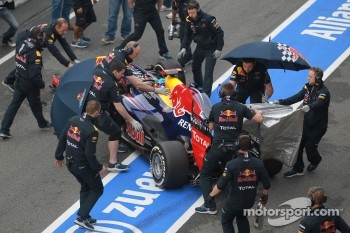 Sebastian Vettel, Red Bull Racing and the Red Bull mechanics try to hide his car