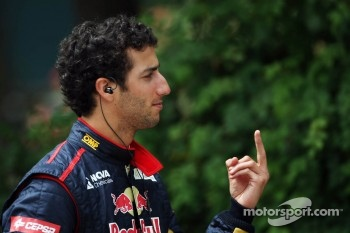 Daniel Ricciardo, Scuderia Toro Rosso with some sign language
