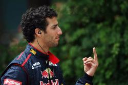 Daniel Ricciardo, Scuderia Toro Rosso with some sign language
