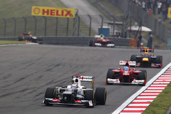Kamui Kobayashi, Sauber leads Fernando Alonso, Ferrari