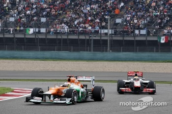 Paul di Resta, Sahara Force India leads Lewis Hamilton, McLaren