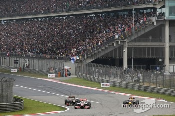 Jenson Button, McLaren battles for position with Kimi Raikkonen, Lotus and Mark Webber, Red Bull Racing