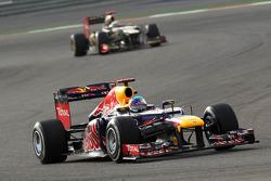 Sebastian Vettel, Red Bull Racing leads Kimi Raikkonen, Lotus Renault F1 Team
