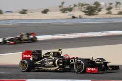 Romain Grosjean, Lotus Renault F1 Team leads Kimi Raikkonen, Lotus Renault F1 Team