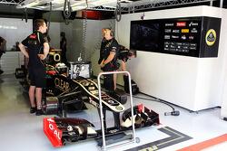 Kimi Raikkonen, Lotus F1 in the pits