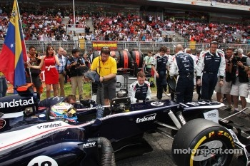 Pole sitter Pastor Maldonado, Williams on the grid