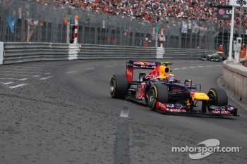 Mark Webber, Red Bull Racing leads Nico Rosberg, Mercedes AMG Petronas