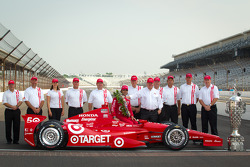 Winners photoshoot: Dario Franchitti, Target Chip Ganassi Racing Honda with Chip Ganassi and the Firestone team