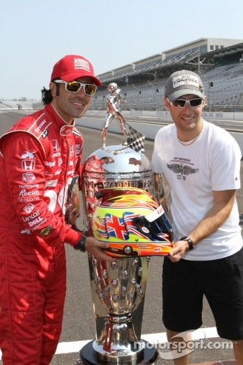 Winners photoshoot: Dario Franchitti, Target Chip Ganassi Racing Honda with the Borg-Warner Trophy and Dan Wheldon's helmet