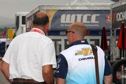 Jaime Puig, SEAT Sport director and Robert Huff, Chevrolet Cruze 1.6T, Chevrolet