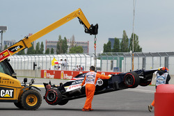 The Williams of Bruno Senna, Williams is craned back to the pits after he crashed at the Champions' Wall in the second practice session