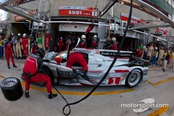 Pit stop for #1 Audi Sport Team Joest Audi R18 E-Tron Quattro: Marcel Fssler, Andre Lotterer, Benoit Trluyer