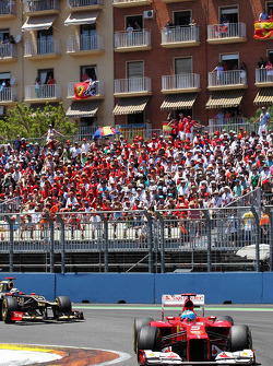 Fernando Alonso, Ferrari leads Kimi Raikkonen, Lotus F1