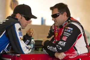 Matt Kenseth and Tony Stewart making amends at Atlanta Motor Speedway