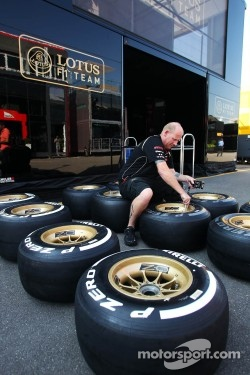 Lotus F1 Team mechanic marks Pirelli tyres