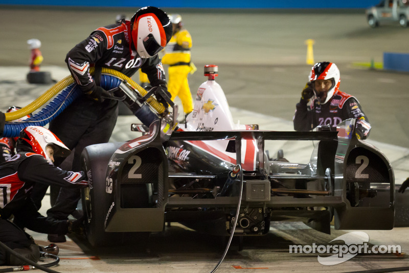 Pit stop for Ryan Briscoe, Team Penske Chevrolet