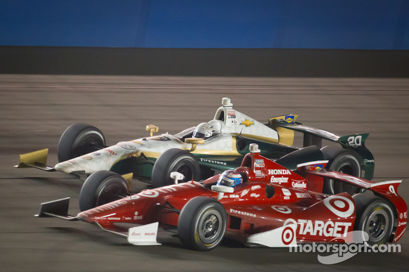 Scott Dixon, Target Chip Ganassi Racing Honda and Ed Carpenter, Ed Carpenter Racing Chevrolet battle for the lead