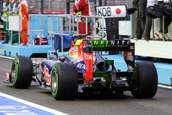 Mark Webber, Red Bull Racing running flow-vis paint on the rear wing