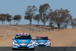 Robert Huff, Chevrolet Cruze 1.6T, Chevrolet leads Alain Menu, Chevrolet Cruze 1.6T, Chevrolet