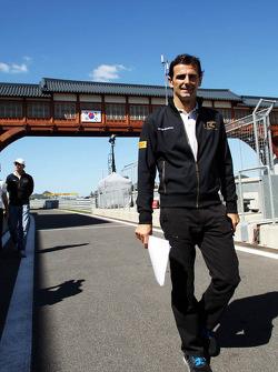 Pedro De La Rosa, HRT Formula 1 Team walks the circuit