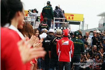 Fernando Alonso, Ferrari and the other drivers head to the parade