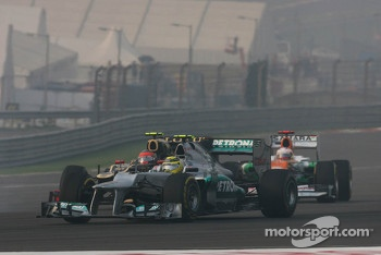Nico Rosberg, Mercedes AMG F1 and Romain Grosjean, Lotus F1 battle for position