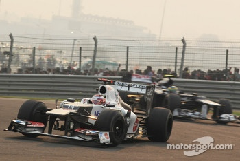 Kamui Kobayashi, Sauber leads Bruno Senna, Williams